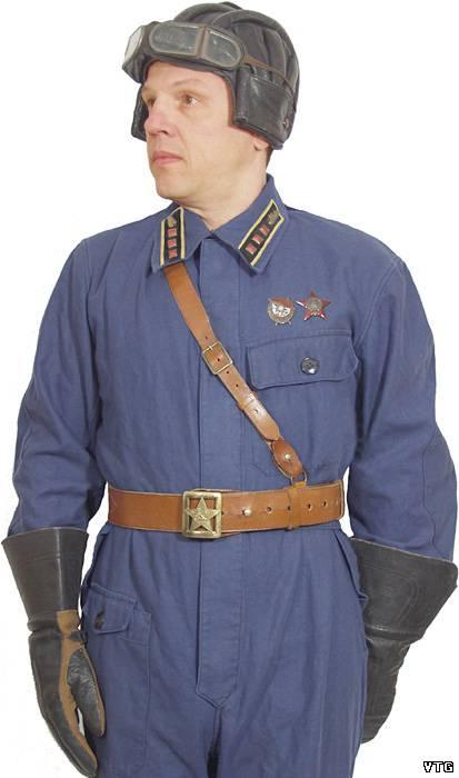 танковый шлем. с крагами, повседневное. перчатки. снаряжение. очки, комбинезон.  Старший лейтенант одет в кожаный.